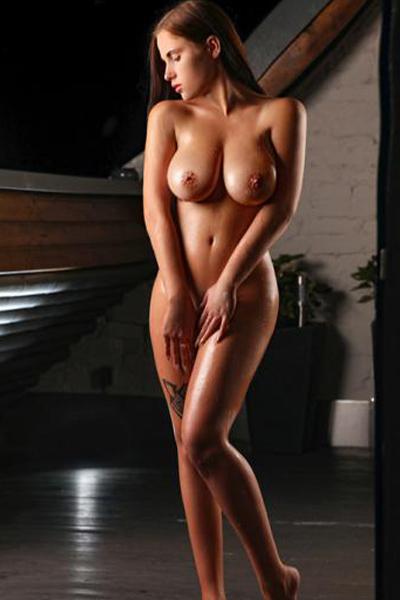 Marcella - Escort Nutten aus Berlin erfüllt Prostata Massage bei Hotelbesuche