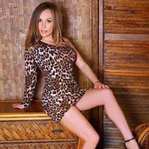 Cynthia – Zierliche Hobbynutten mit großen Titten direkt anrufen